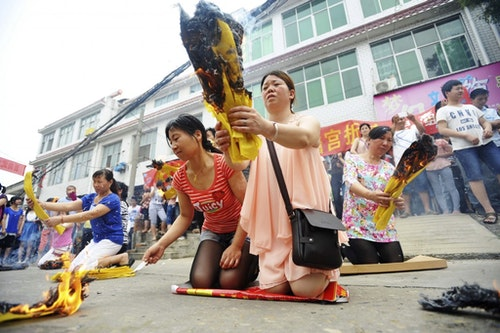 Parents of Wuhan praying their children will obtain high scores. Photo Credit: Reuters