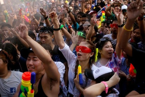 Revellers react during a water fight at Songkran Festival celebrations in Bangkok April 13, 2016. REUTERS/Jorge Silva - RTX29RQA