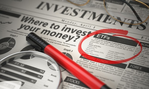 ETF is a best option to invest. Where to Invest concept, Investmets newspaper with loupe and marker. 3d illustration - 插圖