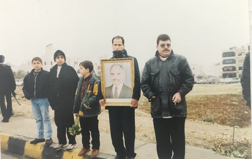 Mourners_hold_up_King_Hussein_portrait