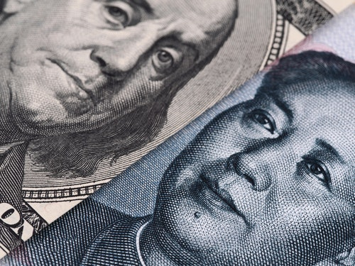 US dollar bill (Ben Franklin) and Chinese yuan banknote (Mao Zedong) close up macro, united states and China money closeup - 圖片